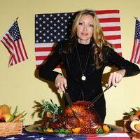 Caprice Bourret serve a Thanksgiving meal