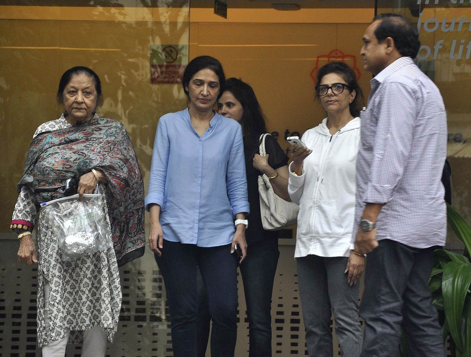 Celebrities meet Hrithik Roshan at hospital photos   Picture 505084